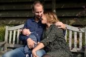 Verliefde ouders met baby in de tuin
