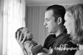 Momentje tussen ouders en de baby zwart wit