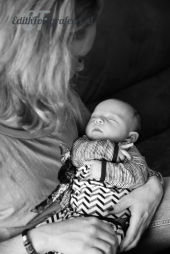 Mama en baby in armen zwart wit