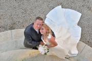 Bruidspaar kijkt omhoog