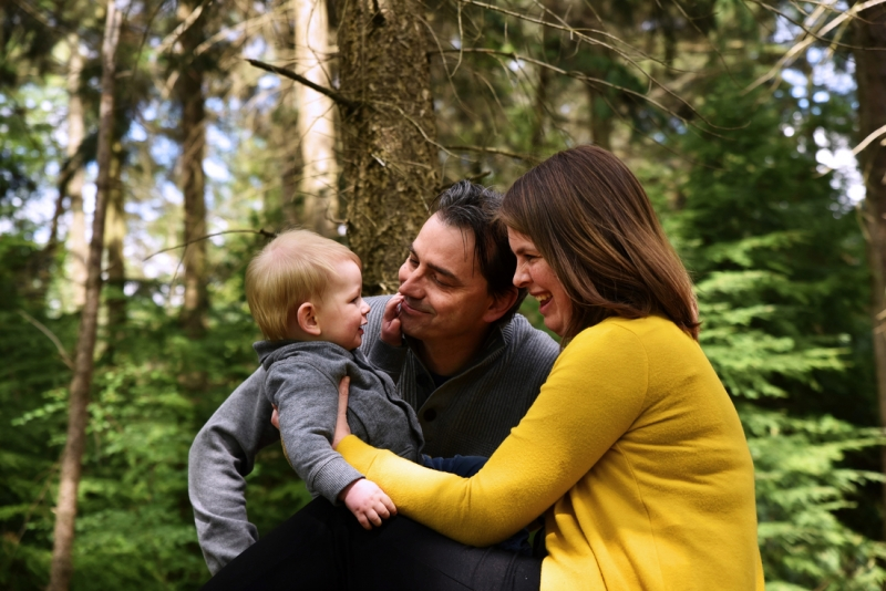 Ouders met baby in het bos
