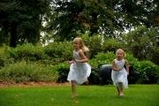 Bruidsmeisjes rennend