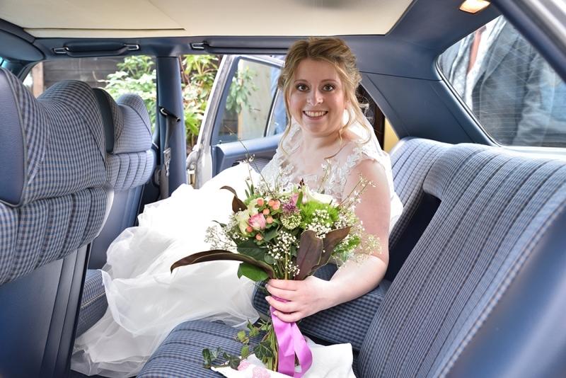 Bruid in de trouw-auto