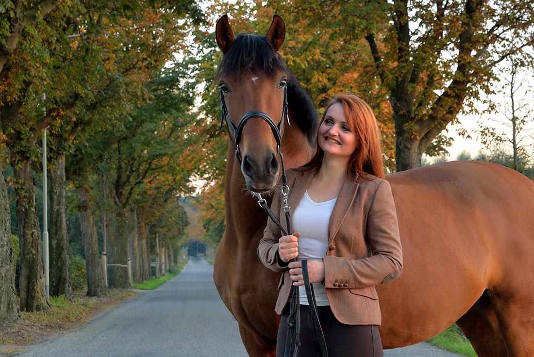 Portret van paard en meisje.