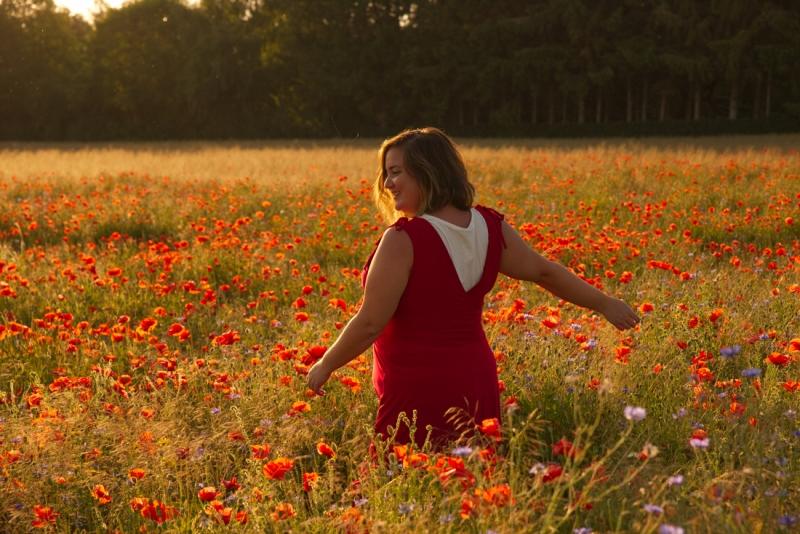 Meisje in een veld volbloemen