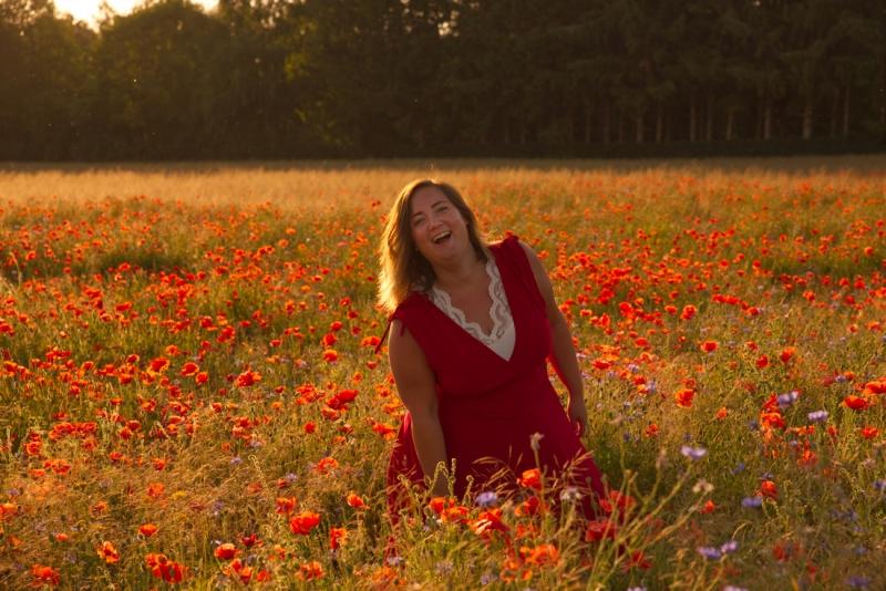 Dromerig portret in een bloemenveld.