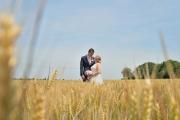 Bruidspaar is graanveld