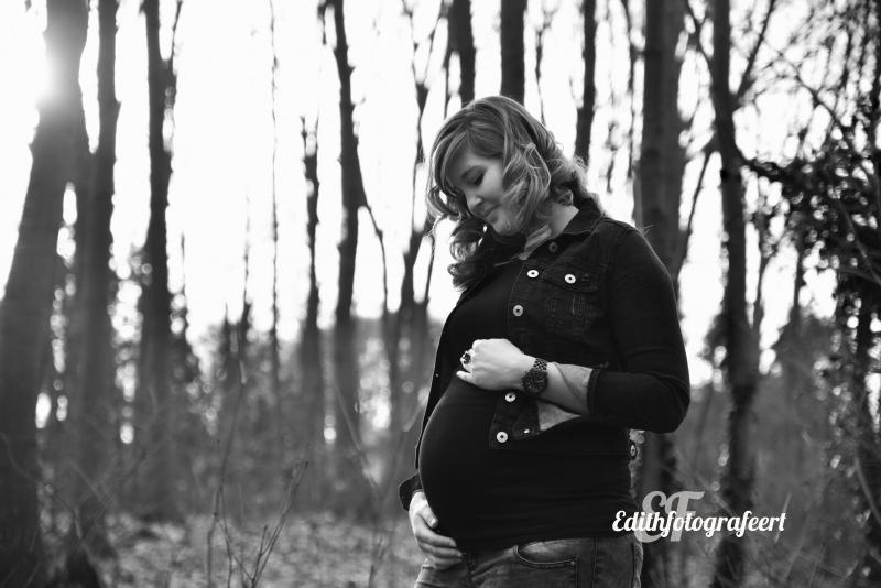 Zwangerschapsfoto met tegenlicht