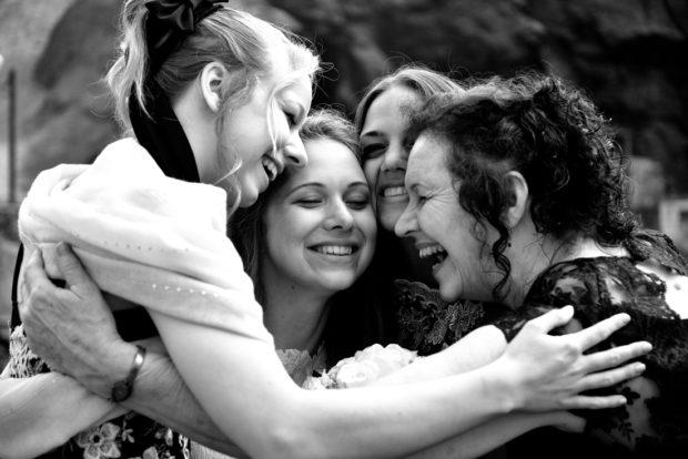De bruid wordt omhelst door haar zusjes en moeder na de huwelijksvoltrekking. Ik was hier als bruidsfotograaf in Peru.