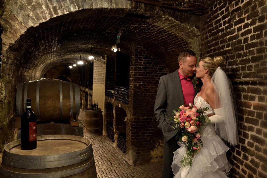 Trouwfoto van een bruidspaar in de wijnkelders van Thiessen in Maastricht.