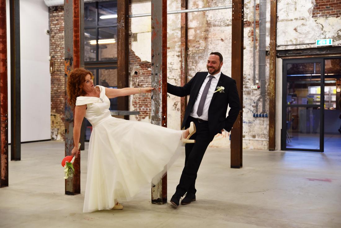 Bruidspaar dat de huwelijksreporatge bij de ECI fabriek in Roermond heeft laten maken, perfect voor regen op je trouwdag.