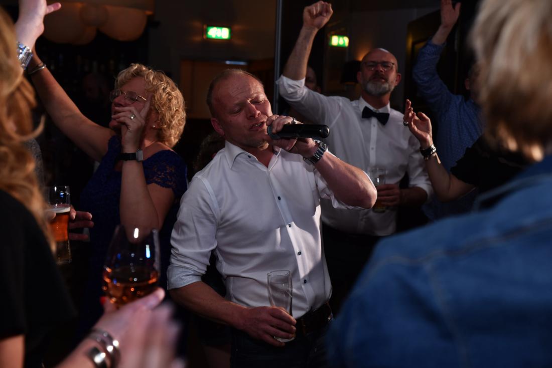 Evenementen fotograaf heeft de sfeer van het feest met de zanger vastgelegd. Dit was een trouwfeest op landgoed Rhederoord in de Veluwe.
