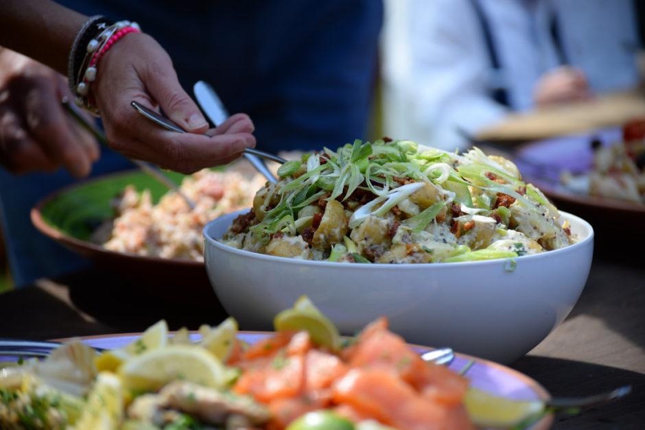 Detail foto van de maaltijden tijdens een diner in de buitenlucht tijdens een feest.