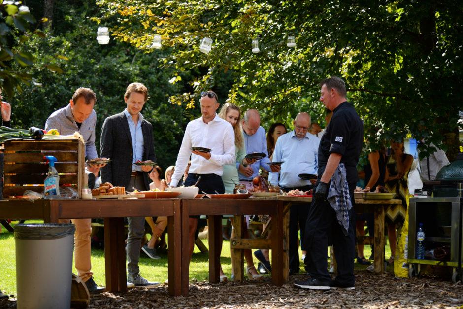 Een foto van de gasten bij het buffet op dit tuinfeest in de Belgische Ardennen