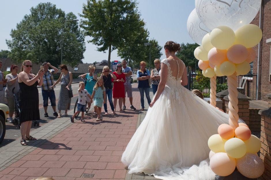 Het bruidspaar komt naar buiten en iedereen uit de buurt komt kijken, de bruiloft vindt plaats bij het Oolderhof in Herten bij Roermond.