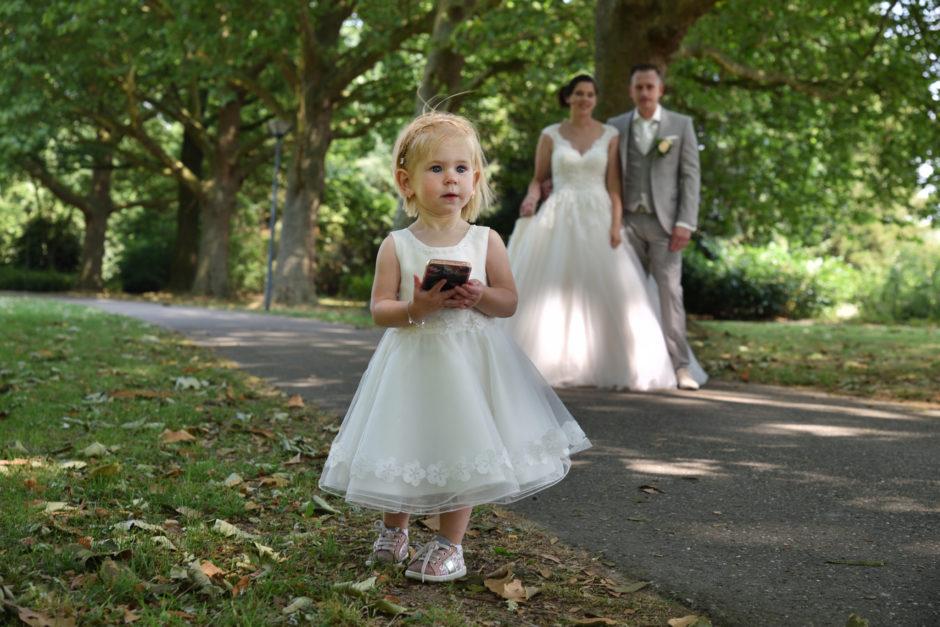 Dochtertje van het bruidspaar op hun trouwen in Roermond.