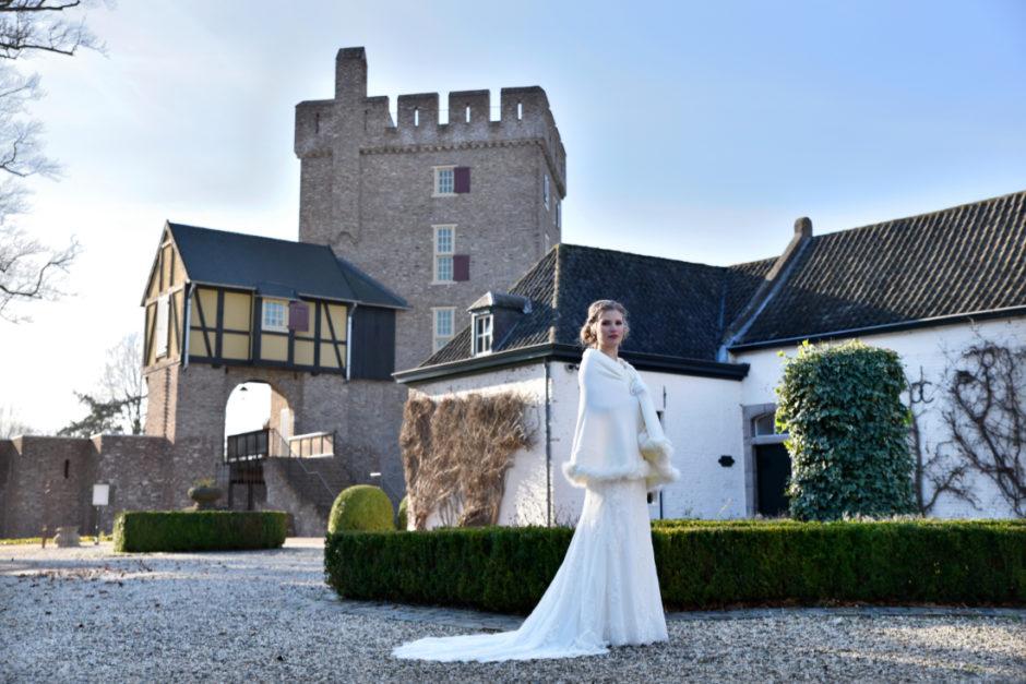 Bruid bij kasteel Dealenbroeck in Herkenbosch bij Roermond.