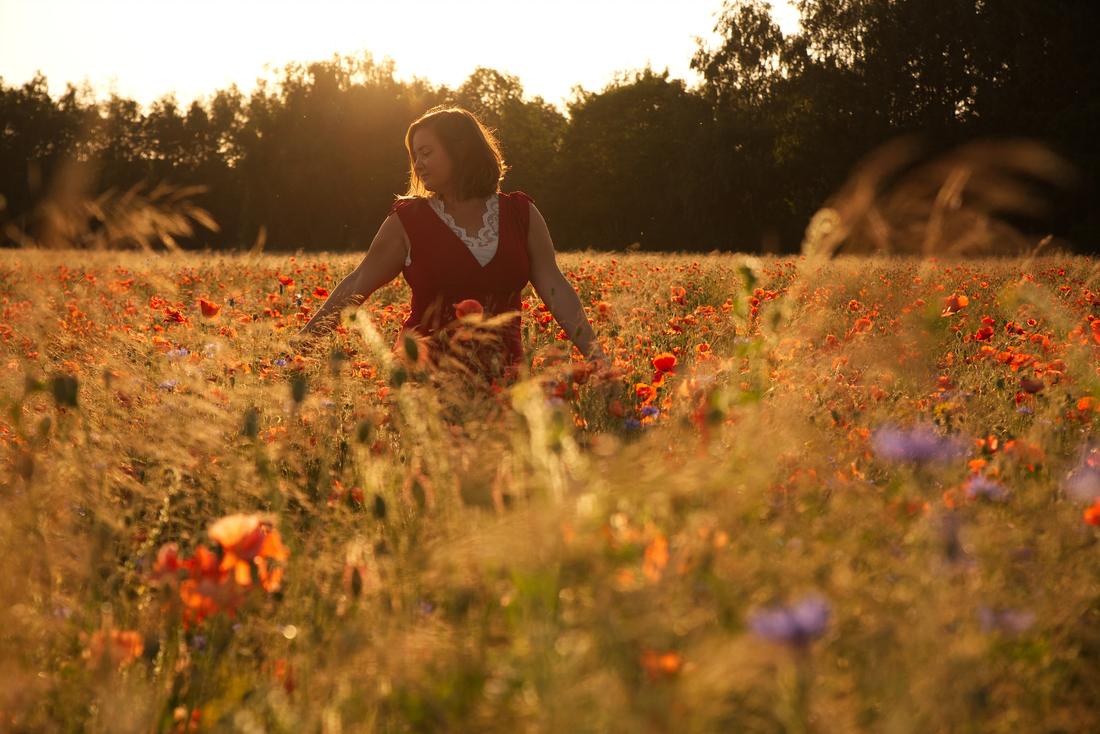 Een bijzonder portret van een meisje tijdens een fotoshoot in een bloemenveld in Limburg.