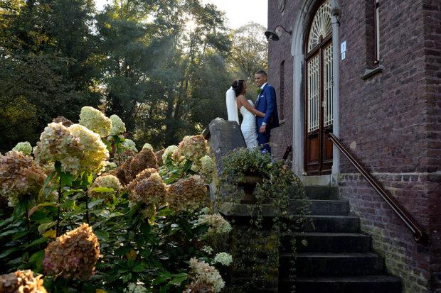 Bruidspaar bij kasteel Aerwinkel in Posterholt nabij Roermond. Trouwen in een kasteel, Limburg.