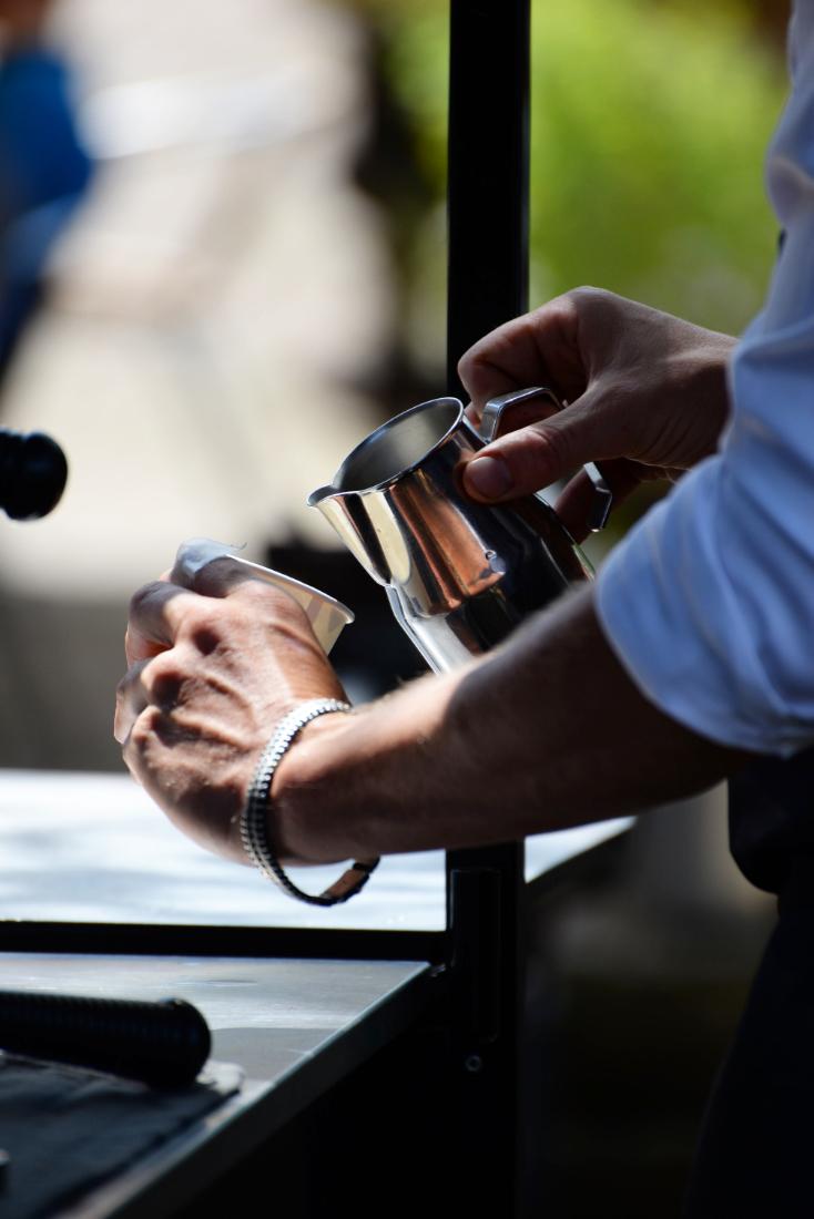 Close up van het inschenken van een speciaal kopje koffie op een feest, evenementen fotografie door heel Nederland.