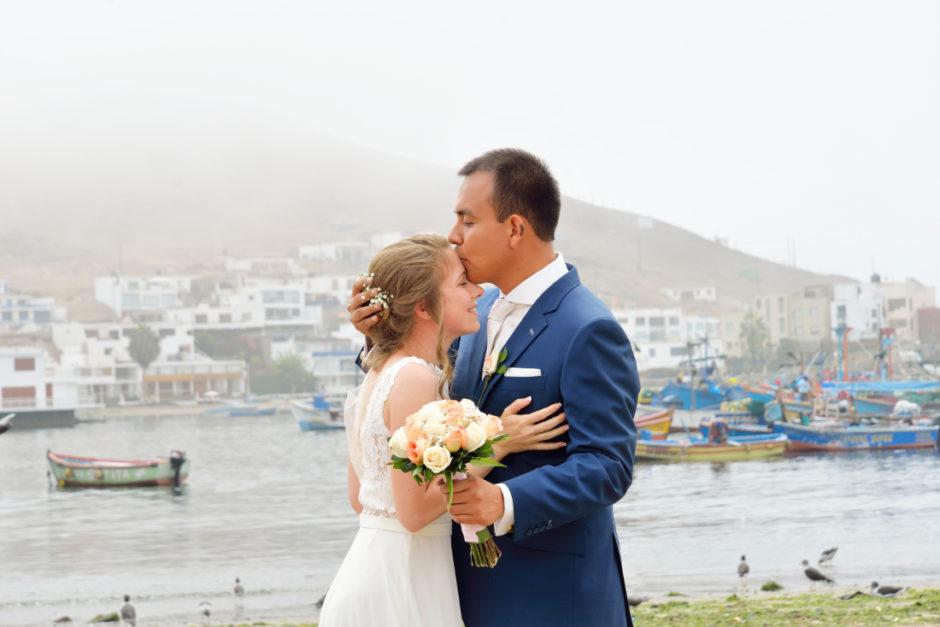 Bruidspaar tijdens hun bruiloft in het buitenland met hun nederlandse trouwfotograaf uit Limburg, soft & airy frisse bruidsfotografie kleurrijk en tijdloos.