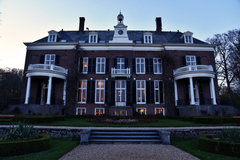 Bruidsfotografie bij landgoed Rhederoord, een sfeerfoto van het landhuis op de avond. Door trouwfotografe uit Roermond, Limburg