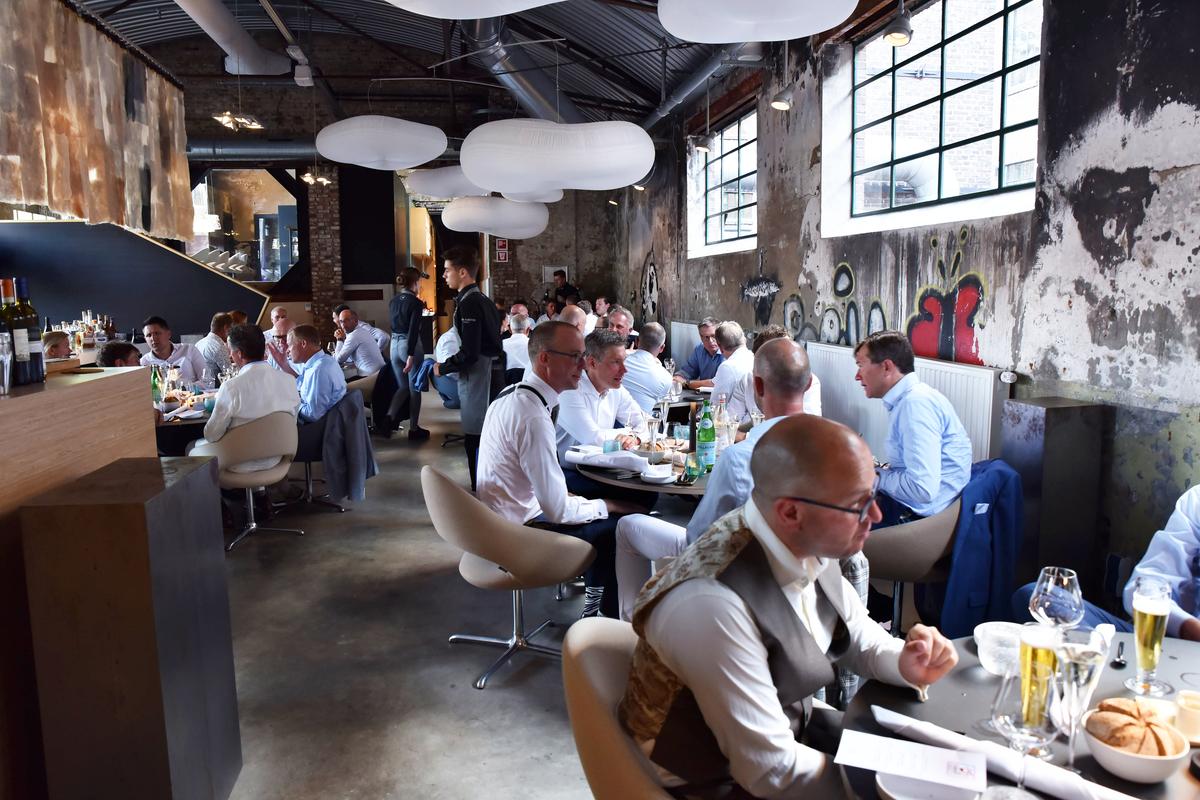 Ondernemers uit de culinaire sector genieten van een diner bij sterrenrestaurant one* in Roermond, tijdens de 'tour culinair' in Limburg, 2019
