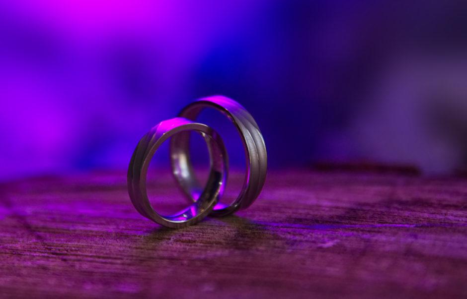 Details op een bruiloft in Limburg, de ringen