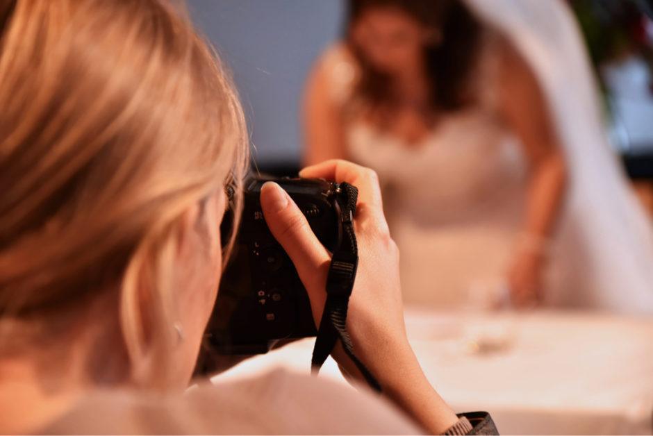 Trouwfotograaf Limburg tijdens de ceremonie bij een bruidspaar.