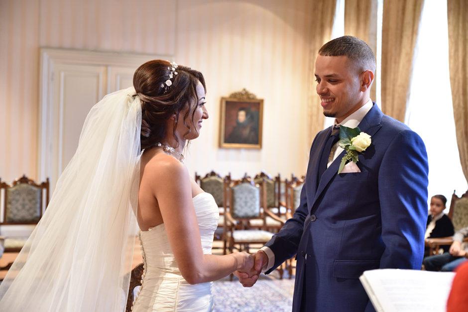 Bruidspaar tijdens de ceremonie in het gemeentehuis van Roermond.
