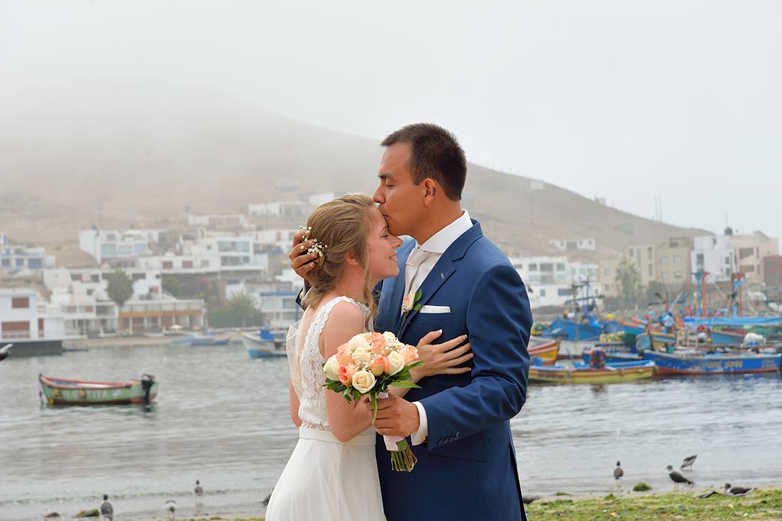 Bruidspaar op het strand tijdens hun bruiloft in Zuid Amerika.