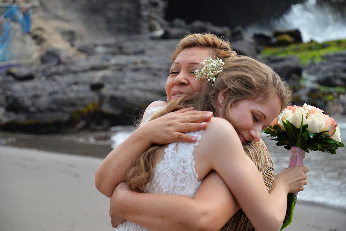 Felicitaties bij een bruiloft in Zuid Amerika, echte momenten bruidsfotografie.