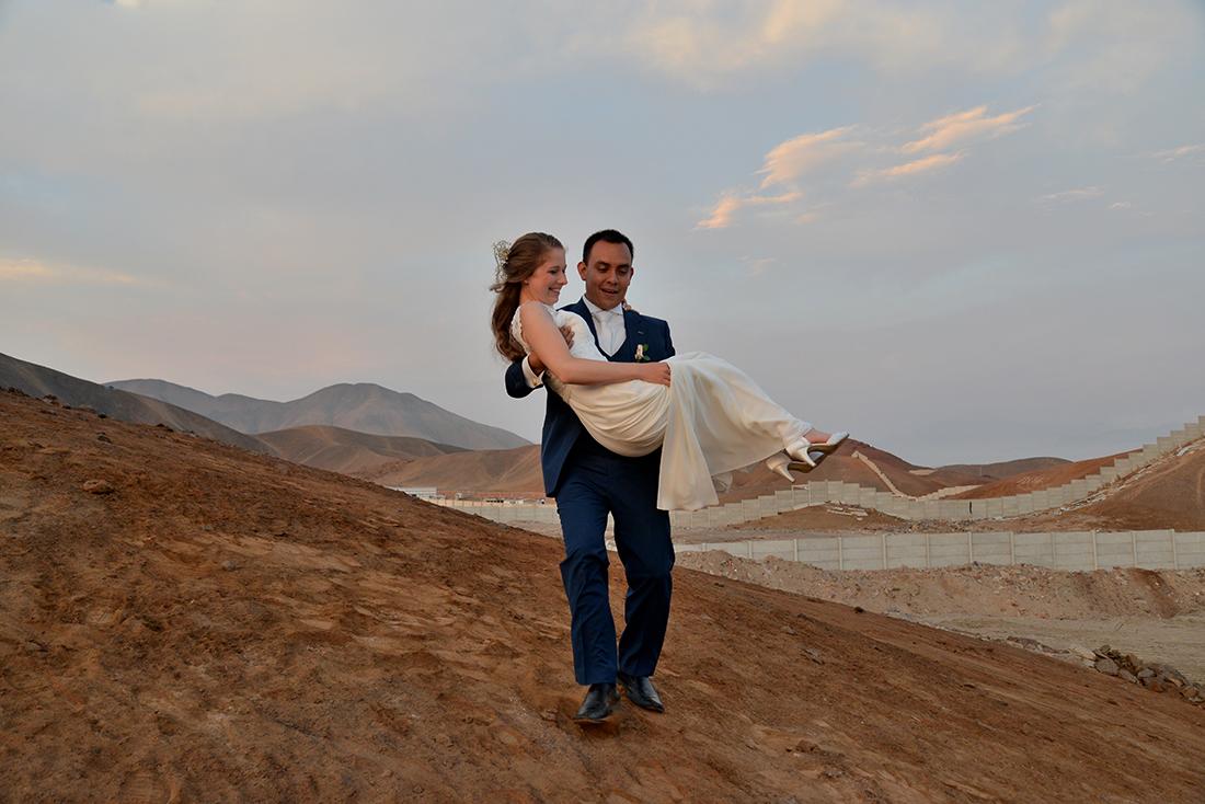 Bruidspaar tijdens hun trouwdag in Peru, tijdens het gouden uurtje rijden we de bergen in voor bijzondere foto's.