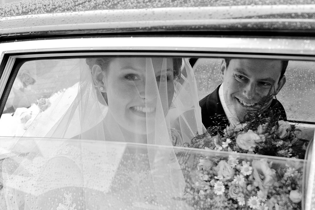 Spontane bruidsfoto's door lieve trouwfotograaf in midden-Limburg