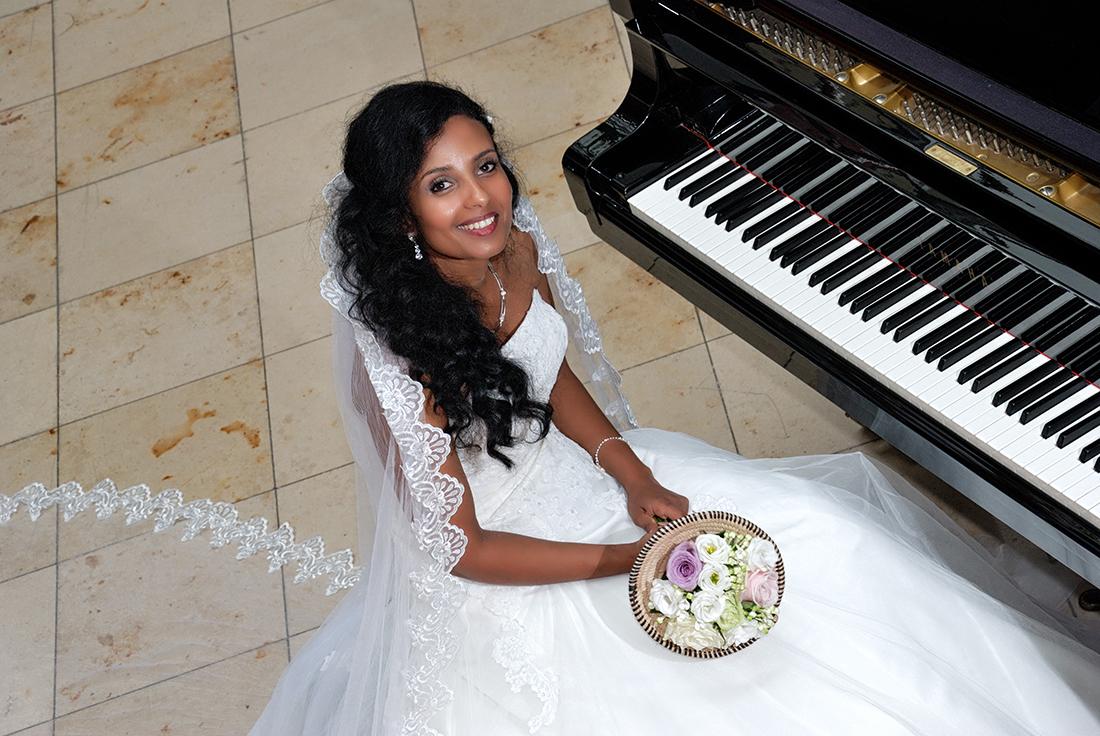 Bruid bij de piano in Hotel van der Valk in roermond