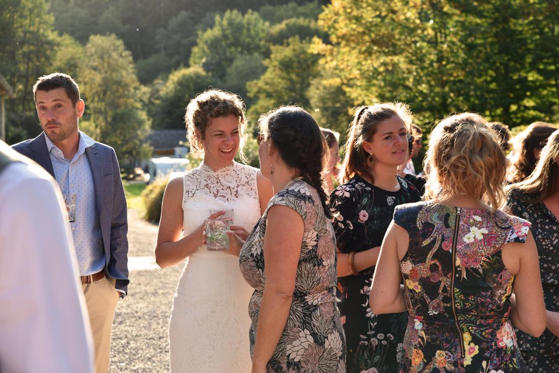 Heerlijke najaars bruiloft in de Ardennen tijdens het gouden uurtje genieten van een borrel.