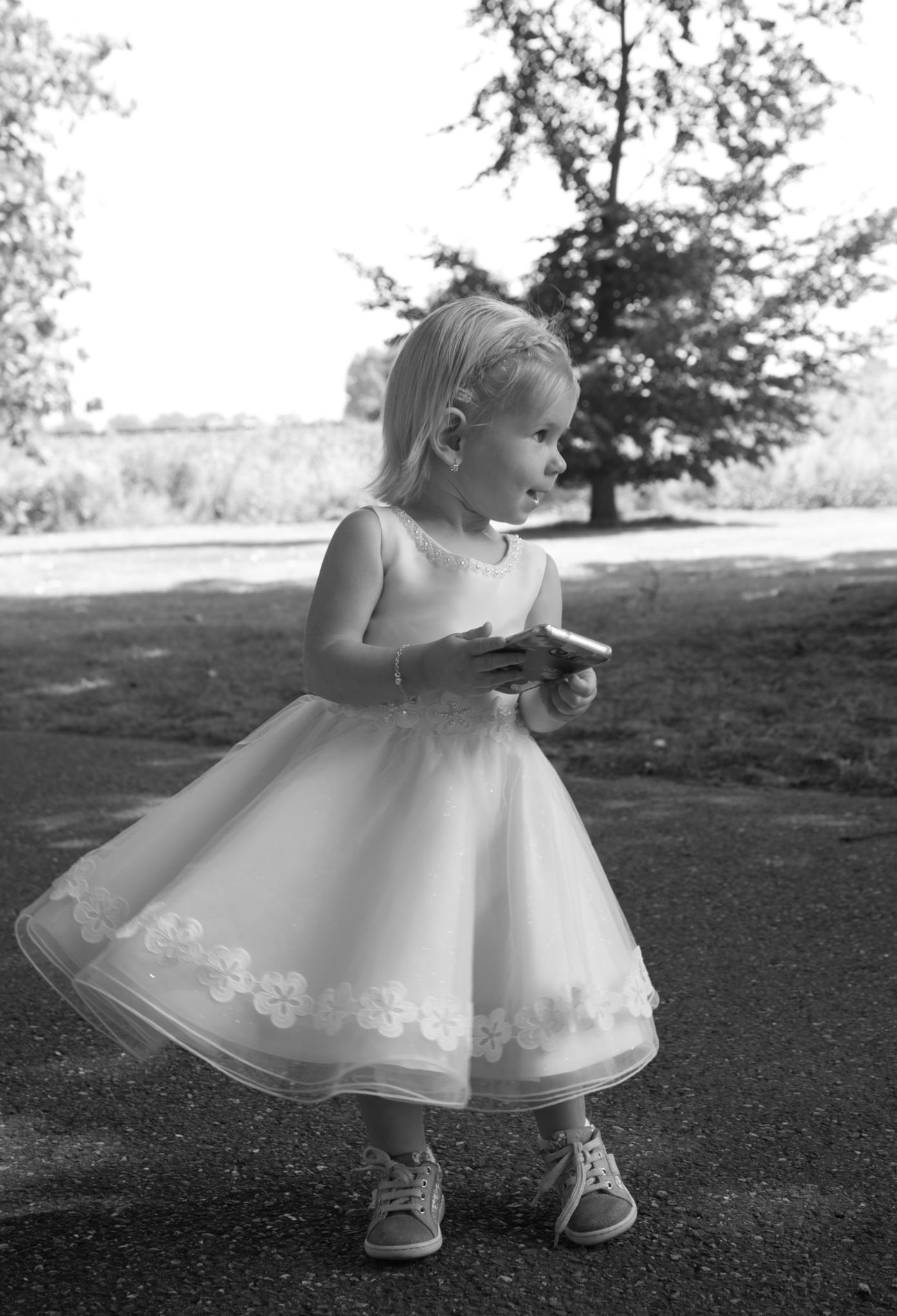 Bruidsmeisje danst op de muziek tijdens de trouwreportage van haar ouders in Roermond.