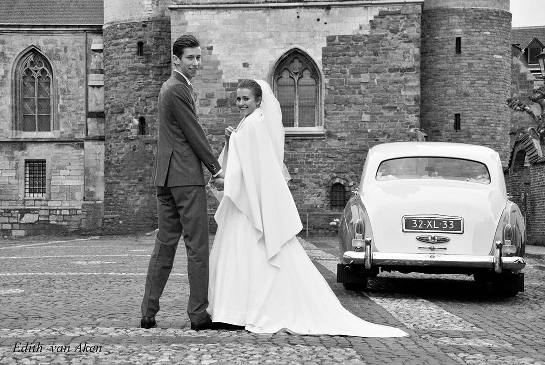Winter bruiloft in Thorn, het witte dorpje in Limburg. Het jonge stel is heel verliefd en gezellig.
