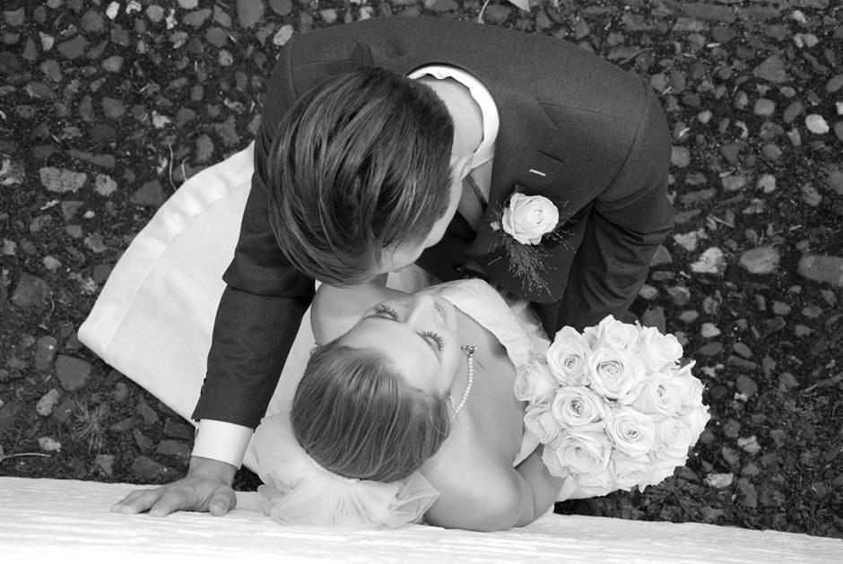 Bijzondere trouwfoto van een bruidspaar in het witte dorp Thorn in Limburg.