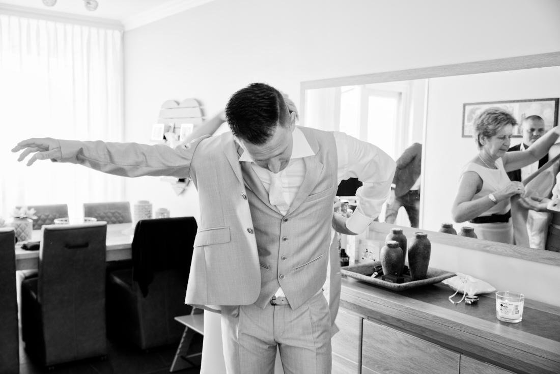 Bijzondere foto van moeder en zoon bij de voorbereidingen van de bruiloft.