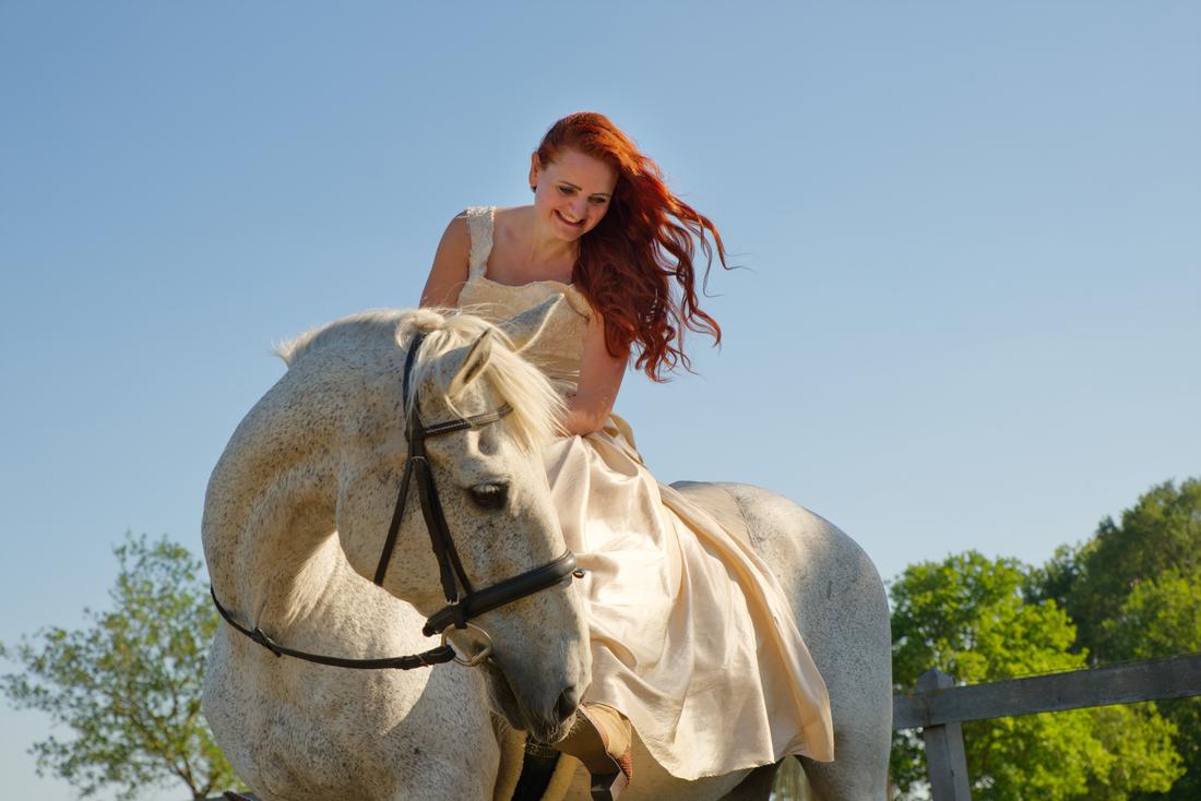 Vrouw met paard tijdens een fotoshoot in Roermond.