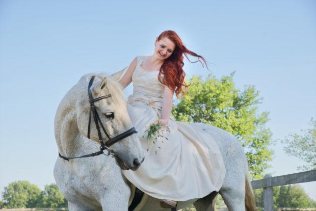 Vrouw op haar paard in een sprookjesachtige stijl, een fotoshoot met je paard in Limburg.