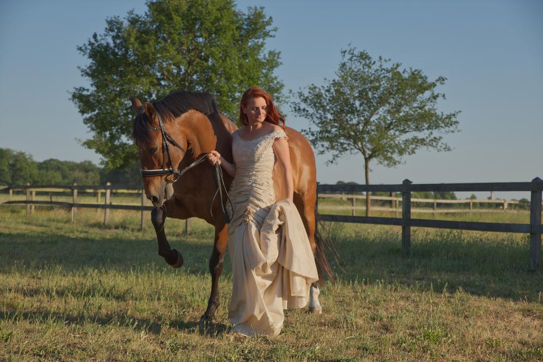 Een meisje en haar paard tijdens een glamour fotoshoot in Midden-Limburg