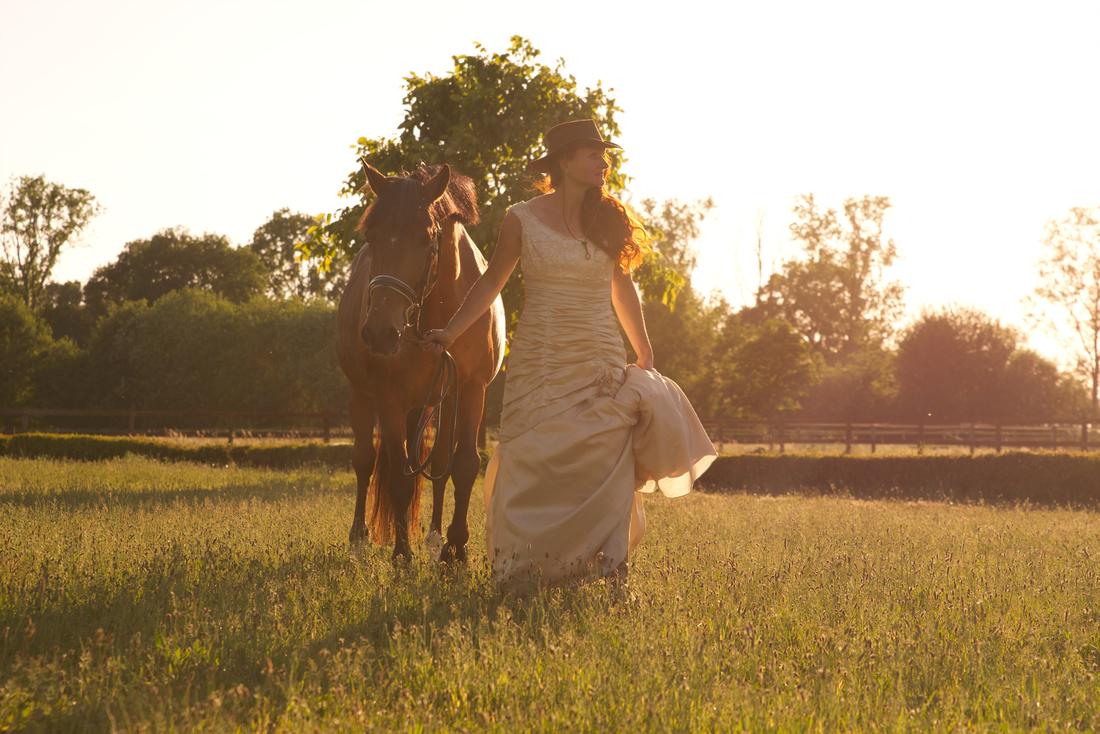 Vrouw met haar paard tijdens de zonsondergang in Limburg, Roermond. Foto reportage samen met je dier.