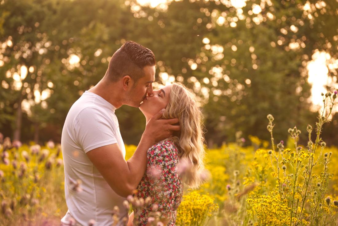 Foto van verliefd stel in de natuur in Limburg, Nederland.