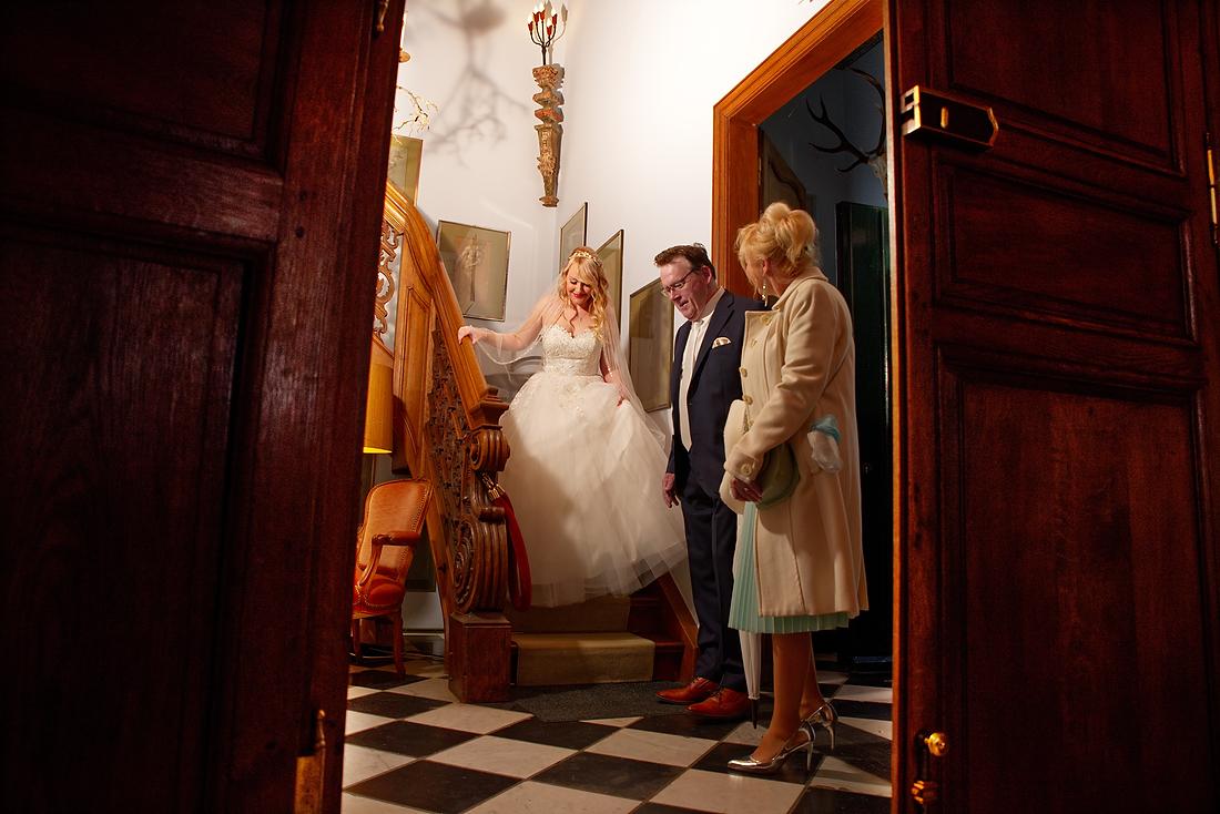 De bruid is klaar met de voorbereidingen in kasteel groot Buggenum te Grathem in Limburg.