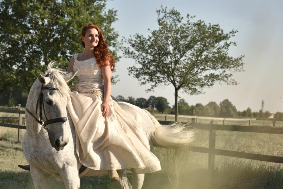 Vrouw met haar pony tijdens een fotoshoot in Limburg. De fotograaf komt vanuit Roermond en legt herinneringen met paard of huisdier en baasje vast.