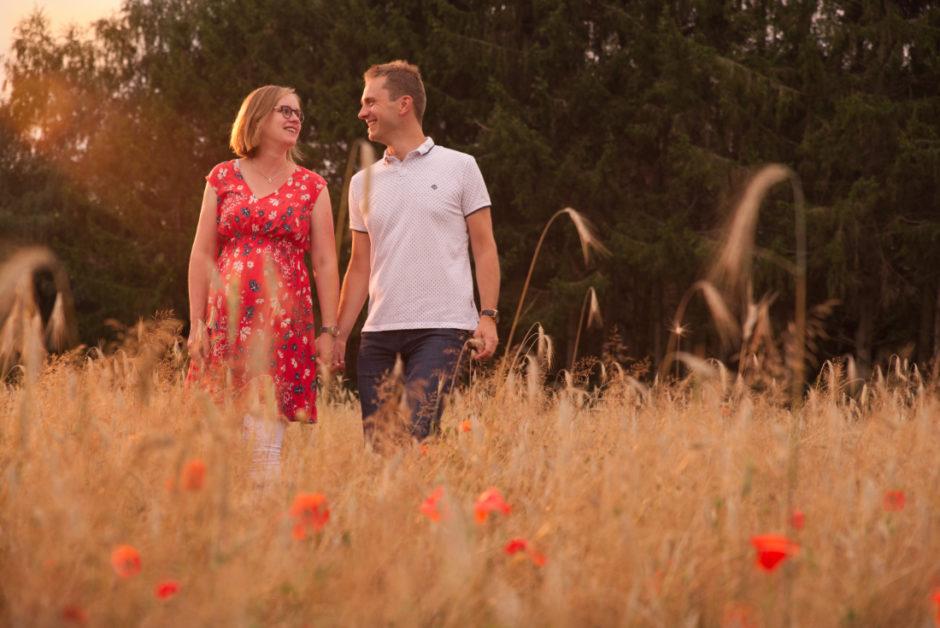 Zwangerschaps fotoshoot in Limburg, koppel laat mooie foto's maken van de zwangerschap in de natuur.