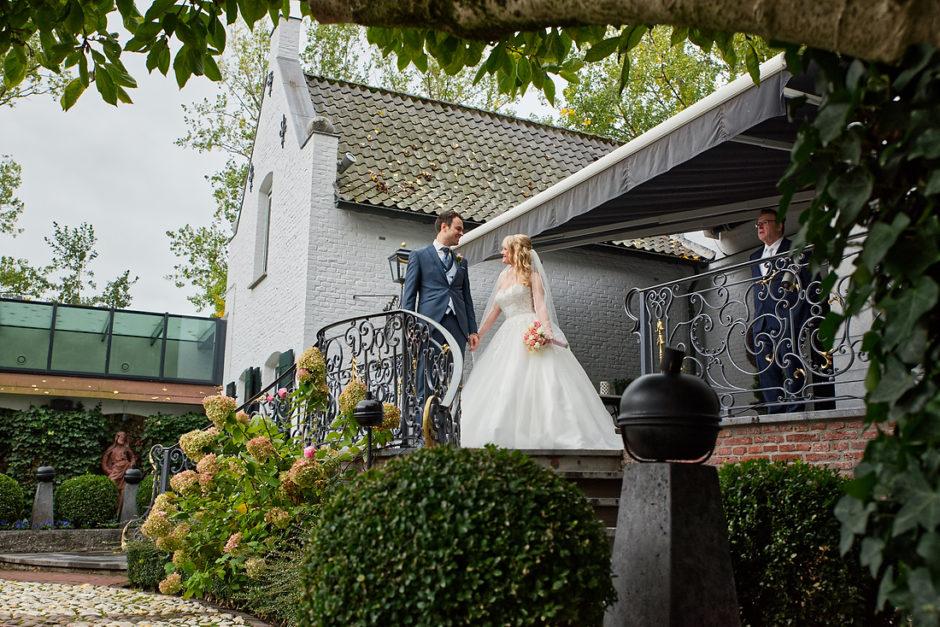 De bruid wordt opgehaald door haar bruidegom. Op een bruiloft bij kasteel groot Buggenum te Grathem in Limburg. De bruidsfotograaf komt uit Roermond.