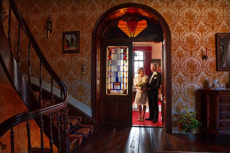 Bruidspaar tijdens hun fotoshoot. In kasteel Aldenghoor te Healen in Limburg. Gefotografeerd door fotograaf uit Roermond. Het prachtige trappenhuis komt goed tot zijn recht. En het bruidspaar is uitgelicht met behulp van een externe flitser.